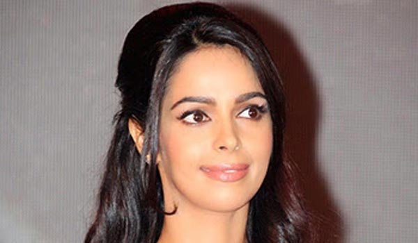 mallikasherawat-was-hit-by-some-strangers