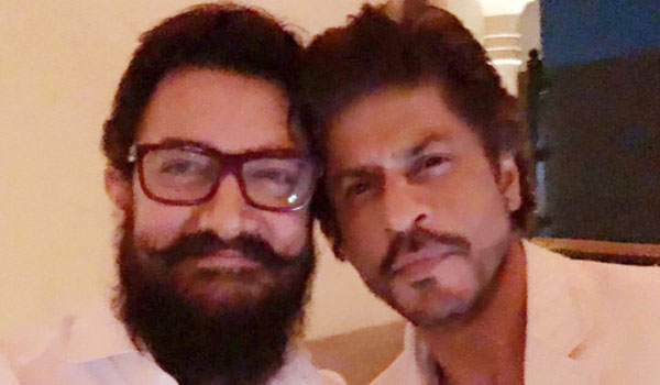 First-joint-photo-for-Aamirkhan-and-Sharukhkhan
