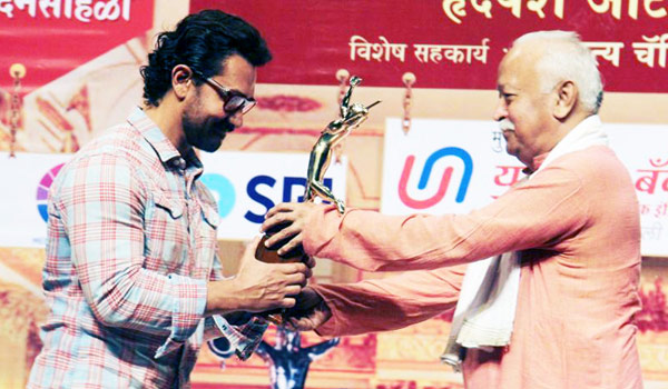 RSS-Head-gave-award-to-Aamirkhan