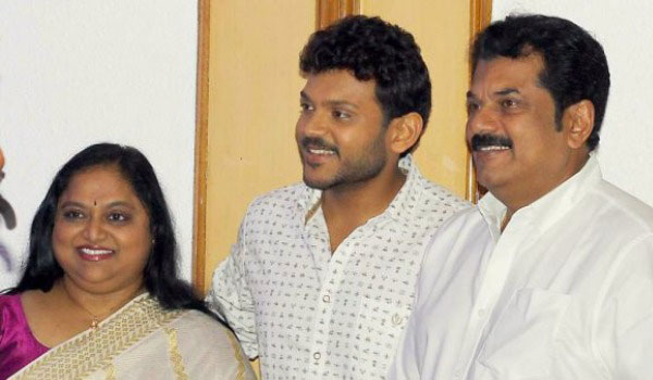 Mukesh---Saritha-at-a-stage-for-their-son