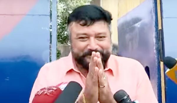 Jayaram-met-dileep-in-prison-and-gave-onam-gift