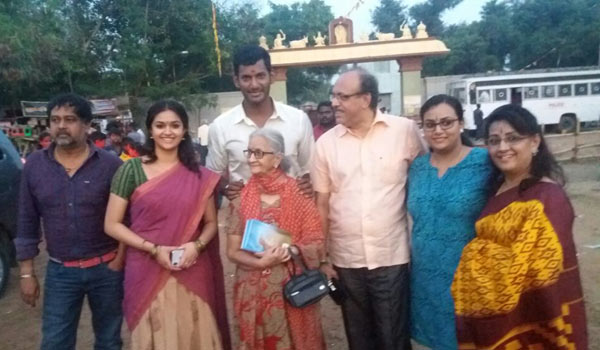 Keerthy-suresh-spot-with-Family-on-Sandakozhi-2