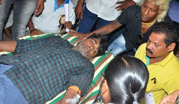Vijaysethupathi-donates-blood-for-Stunt-union