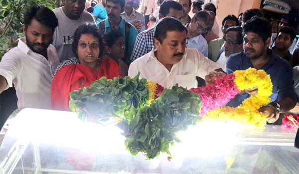 Sivakumar-pay-respects-to-Balakumaran