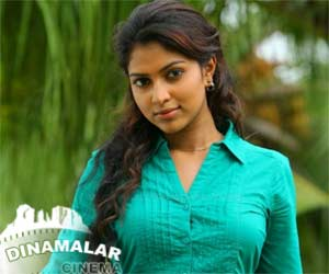 Amala Paul gives party
