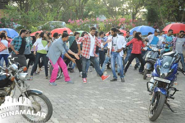 Cine Vila Vijay dance with prabhudeva-Akshay for Rowdy rathore