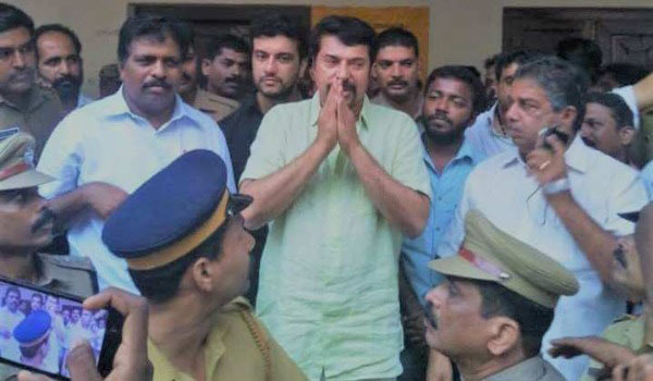 Mammootty-visits-to-Kerala-Flood-camp