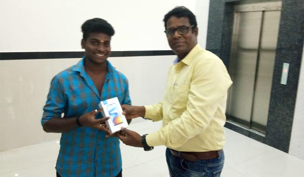 Sivakumar-gave-new-phone-to-the-Youth