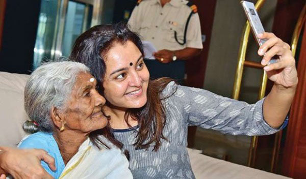 Manju-Warrier-impressed-by-96-year-old-lady
