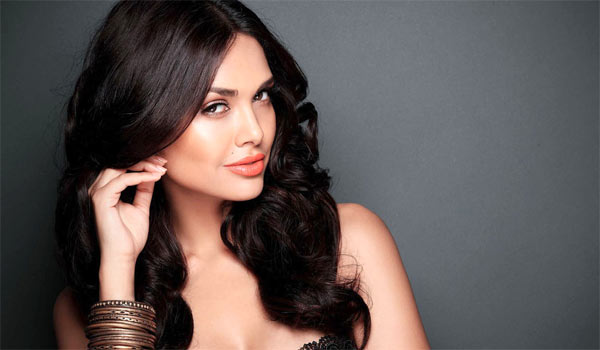 Esha-Gupta-apologises-for-racist-comment
