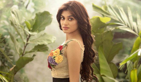Oviya-to-watch-90ml-with-fans-early
