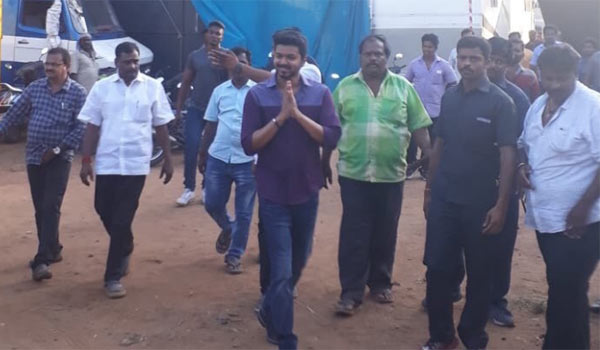 Police-charge-on-fans-during-Vijay-63-shooting