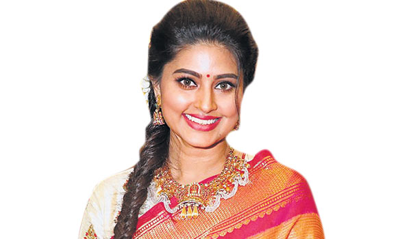 Sneha-to-play-mom-for-Dhanush