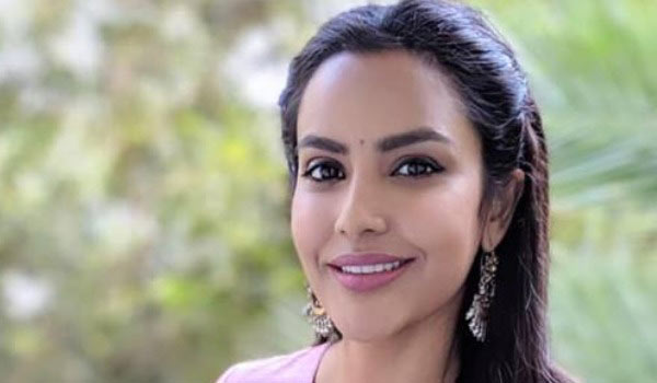 Fans-apology-to-Priya-Anand