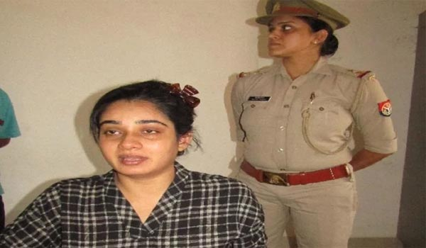 A-Man-threatens-Bhojpuri-actress-Ritu-Singh-with-a-pistol-forces-her-for-marriage