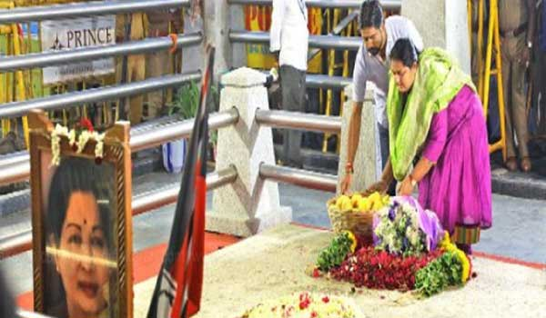 actress-vindhya-tribute-in-jayalalitha-memorial-with-mangoes