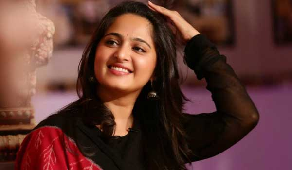 silence-movie-team-gave-gift-to-anushka-shetty