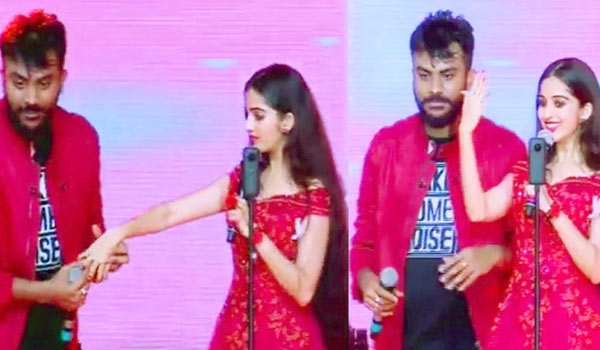Chandan-Shetty-proposes-to-Niveditha-Gowda-at-live-show
