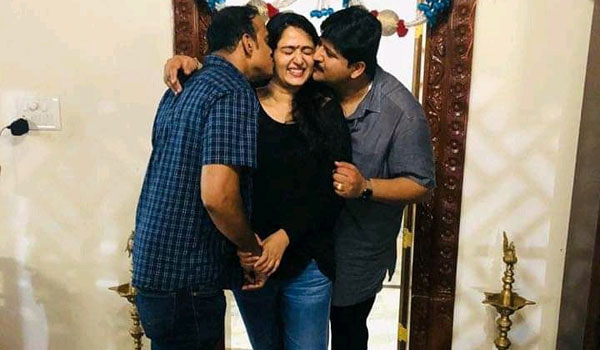 Brother-express-love-to-their-sister-Anushka