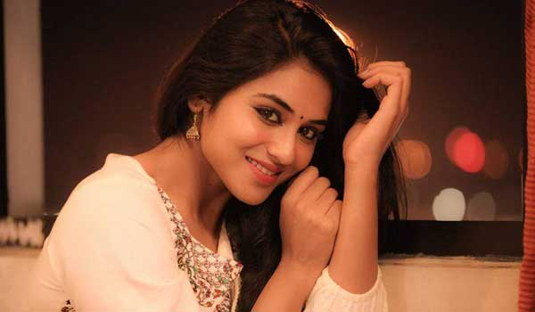 indhuja-makes-vishil-in-theatre-and-enjoy-bhatsha-movie-with-her-friends