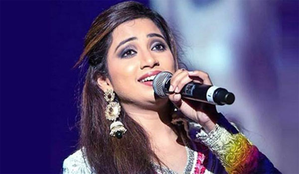 Shreya-Ghoshal-avoids-old-lady-try-to-down-feet