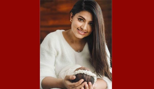 Sneha-shows-her-daughter-first-time