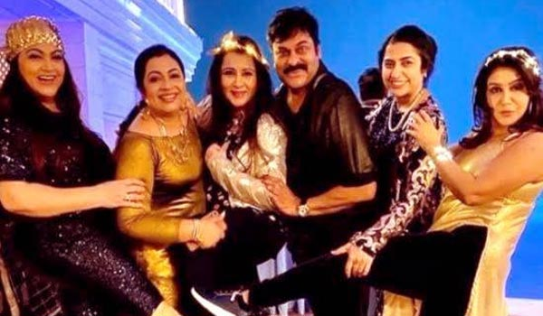 1980s-celebrities-reunion:-Chiranjeevi-dance-with-actress-goes-viral