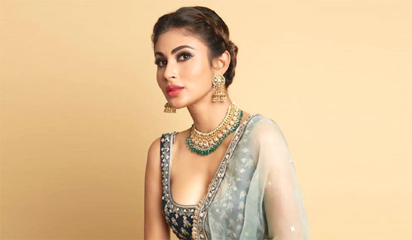 Mouni-roy-suffers-only-with-4-dress