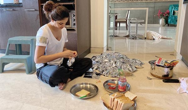 Nidhhi-agerwal-provide-food-to-Migrants