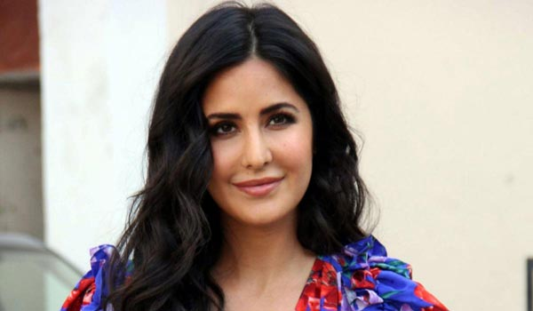 Katrina-kaif-helps-to-dancers