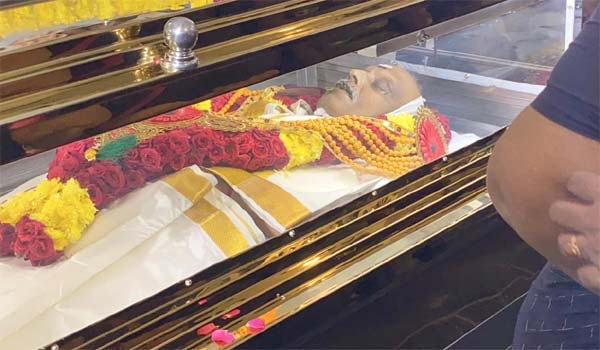 People-pay-respect-to-SPB