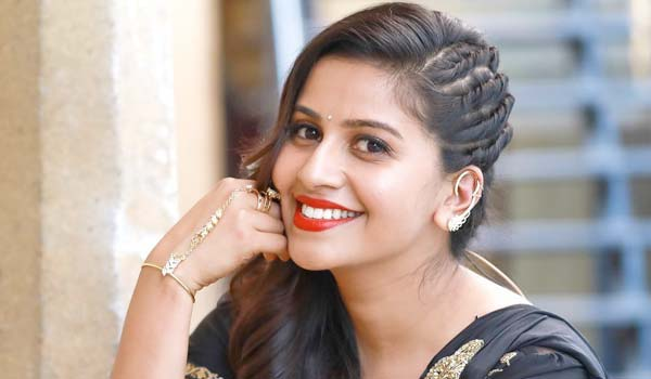Anhor-Anushree-questioned-by-police-in-drug-case
