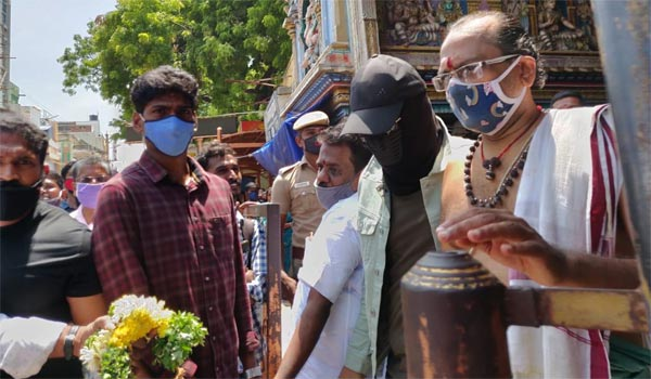 Simbu-workship-at-Madurai-Meenakshi-Amman-Temple