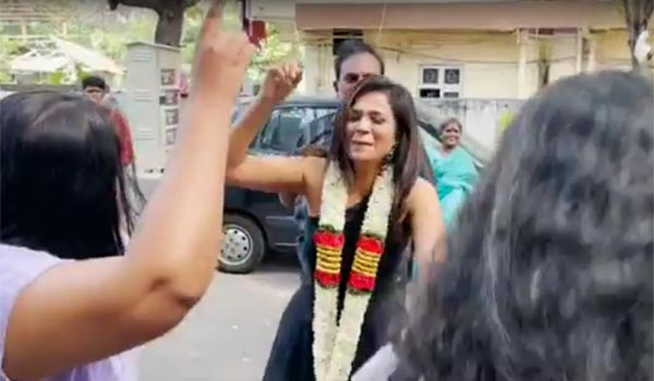 Warm-welcome-to-Ramya-Pandian-at-her-house
