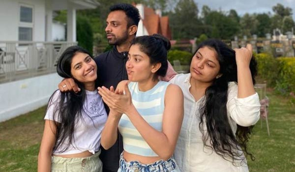 Sai-Pallavi-spend-time-with-her-family-members