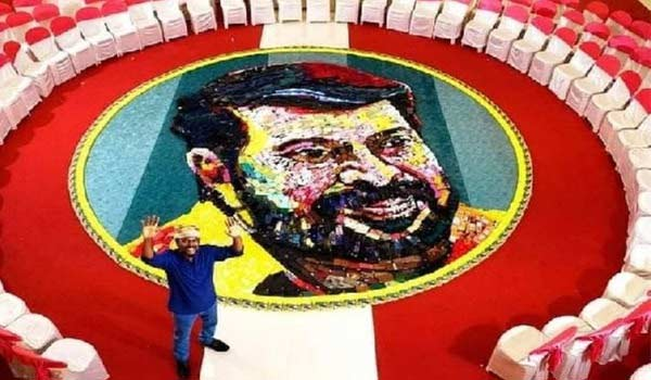 A-man-who-created-Mammoottys-face-with-600-mobile-phones